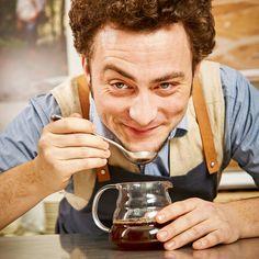 Benjamin Hohlmann, 31, wurde 2014 Schweizer Meister im Brühen von Filterkaffee. Barista, Coffee Drinks, Naked, Men, Pour Over Coffee, Swiss Guard, Guys, Baristas