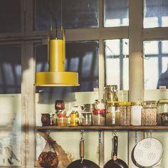 La editora @santacole se  marca un modesto homenaje a la figura de Arne Jacobsen con esta lámpara de suspensión urbano y elegante. #DomésticoShop #design #designinterior #interiordesign #interior4you #interior123 #interiordecor #interiorstyling #instahome #home #nordichome #interiorlovers #decoration #love #styling #homedecor #interiorinspiration #color #homestyle #beautifulview #darlingweekend #mastersofwhiteness #liveauthentic #visualsoflife #visualslife #livethelittlethings