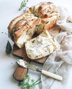 Eccola al tavolo!!🍽😋😋🌿 Il Pull-apart bread,un profumo unico!!🍃🍃🌿🍴 . Buon appetito!🌿⭐️ . . . .  #comfortfood  #livefolk #feedfeed #foodstyling #theflatlaysquad #stilllifephotography #f52grams #thekitchn#foodandwine #gloobyfood #beautifulcuisines#chefsroll #buzzfeast #huffposttaste #foodvsco @piatti.italiani @food #eater#otcucino#tastingtable#hautecuisines#foods4thought #cookcl #cookit #cookmagazine#vzcomade #foodporn #mutfakgram #foodnetwork#darling#foodphotononstop #lovers_home4