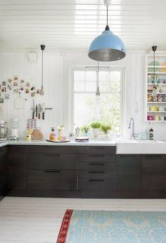 Hvitt kjøkken svart benkeplate