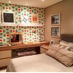 Papel de parede e quadros criando um ambiente moderno, contrastando com o móvel mais vintage