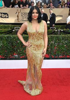Ariel Winter Beaded Dress - Ariel Winter burned up the SAG Awards red carpet in a figure-hugging, beaded gold gown by Mikael D that boasted multiple peekaboo panels. Ariel Winter Bikini, Ariel Winter Hot, Arial Winter, Best Celebrity Dresses, Ariel Dress, Sag Awards, Awards 2017, Gold Dress, Gold Gown