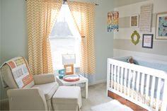 Quarto de bebe cinza e azul com cortina laranja. Lindo!