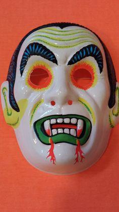 Retro Halloween, Halloween Facts, Halloween Images, Halloween Items, Happy Halloween, Halloween Costumes, Outdoor Halloween, Origami Halloween Decorations, Vampire Mask