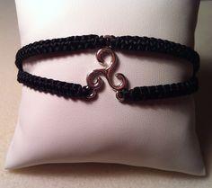 """~Un bracelet, sobre et élégant, idéal à porter pour toutes les occasions. Ce bracelet shamballa de 18cm comporte en son centre un triskèle pour vous faire voyagez jusqu'en Bretagne. -------------------------"""" Faites vous plaisir """"------------------------..."""