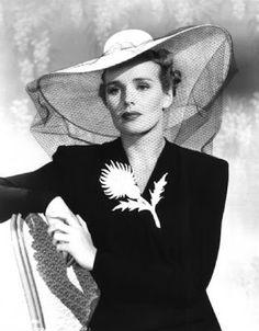 Frances Farmer; il cappello è esagerato ma il vestito è molto chic