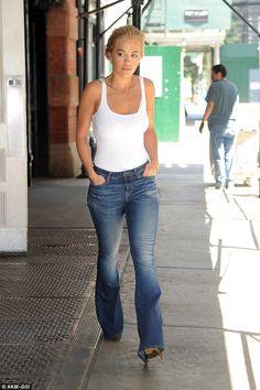 39cc624dbf0 Rita Ora - Chic street fashion look inspiration celebrity Jeans  Décontractés, Style De Jean,