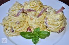 Spaghete carbonara cu smantana | CAIETUL CU RETETE Pasta Dishes, Food Dishes, Good Food, Yummy Food, Pasta Carbonara, Romanian Food, No Cook Meals, Food Porn, Food And Drink