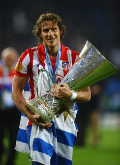 Diego Forlan ( Atletico Madrid ) with the Europa League trophy. Best Football Players, World Football, Soccer Players, Football Soccer, Diego Forlan, Manchester United, Spain National Football Team, Sports Trophies, At Madrid