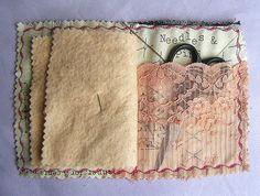Handgemachte Nadelbuch setzt sich aus einer Vielzahl von Textilien, darunter ein Vintage-Spitze Scheren Tasche und naturally.hand.dyed.with.avocado Nadel-Seiten. Jeder kann leicht variieren, da es sich um eine handgefertigte Artikel mit gemusterten Stoff handelt.  Außenabmessungen 5 in 4  (Schere nicht inbegriffen)