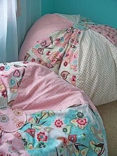 Creative Mommas: Special Reading Places for Kids. FREE sewing pattern for these diy floral bean bag chairs / floor poufs. Fabric Crafts, Sewing Crafts, Sewing Projects, Diy Crafts, Diy Bean Bag, Learn To Sew, How To Make, Coin Couture, Creation Couture