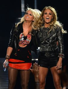 Carrie Underwood Photos - Recording artists Miranda Lambert (L) and Carrie Underwood perform onstage during the 2014 Billboard Music Awards at the MGM Grand Garden Arena on May 2014 in Las Vegas, Nevada. - 2014 Billboard Music Awards - Show Country Music Artists, Country Music Stars, Country Songs, Country Girls, Country Quotes, Miranda Lambert, Leigh Lambert, Billboard Music Awards 2014, Pretty People