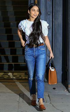 ¡Inspírate! 10 'looks' para esta Semana Santa. White romantic blouse+high-wais jeans+brown mules+brown belt+brown handbag+long earrings. Summer Brunch Outfit 2017