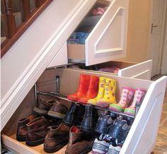 Aprovechando la parte baja de la escalera con un zapatero