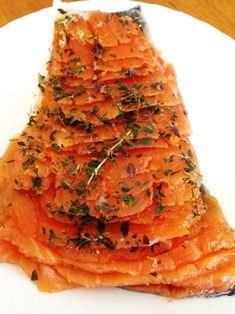 Saumon Gravlax Gravlax salmon: Halfway between smoked salmon and marinated salmon super simple to make and excellent! Just let a fresh salmon fillet in a mixture of salt and sugar cook for 48 hours in the refrigerator ! Seafood Dishes, Fish And Seafood, Seafood Recipes, Foie Gras, Ketogenic Recipes, Vegan Recipes, Marinated Salmon, Salty Foods, Moussaka