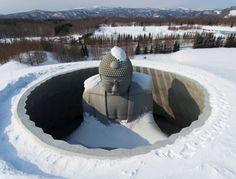 雪原に鎮座する頭大仏。周囲は60度の傾斜が付けられた円すい状の空間だ(小型無人機使 - Yahoo!ニュース(北海道新聞)