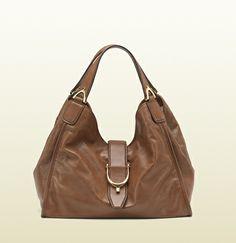 Gucci - Borsa a spalla Soft Stirrup in pelle lavata marrone - https://www.youtube.com/watch?v=qq6wrXGPFFY