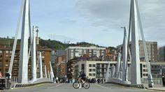 El puente Frank Gehry ya une Deusto y la futura isla de Zorrotzaurre