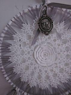 Prachtige dromenvanger in wit en grijs gemaakt van een vintage kanten doily met glazen kralen --- Een mooi cadeau of een verfijnde decoratie. €22,50, via Etsy.