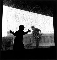 A child leans against a soapy window, (Wayne Miller/Magnum) Wayne Miller, Black Families, Magnum Photos, Love Affair, Black And White Photography, Ramen, Street Photography, The Past, World