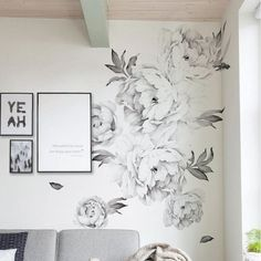 Clever painting is all about illusion and choosing wall paint for small spaces is the epitome of this concept. Gone are the days when the only color that could possibly used as wall paint for small sp Diy Wand, Mur Diy, Flowers Wallpaper, Wall Wallpaper, Diy Wall Painting, Wall Painting Flowers, Light Painting, Wall Decals For Bedroom, Wall Decal Living Room