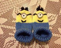 Chaussettes de bébé tricoté main. Chaussettes de bébé de sbires tricoté main. Chaussettes domicile tricotés à la main.