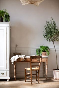 House Plants in a Charming and Minimally Decorated Home house plants styled in a home with a minimal meets rustic decor aesthetic Natural Homes, Natural Home Decor, Diy Home Decor, Home Office, Minimal Home, Modern City, Scandinavian Home, Beautiful Bathrooms, Traditional House