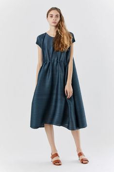 issey miyake squared dress, Old Blue – Kick Pleat Japanese Fashion Designers, Short Sleeve Dresses, Dresses With Sleeves, Issey Miyake, Midi Skirt, Casual, Skirts, Blue, Color