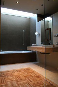 Hotel La Salve - Torrijos (Toledo) - Baño de la Suite con un techo de cristal sobre la bañera jacuzzi
