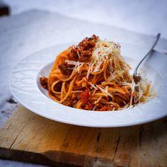 Ragú bolognese neboli boloňská omáčka z mletého masa a rajčat je ideální způsob, jak nakrmit spoustu lidí včetně dětí a mlsných mužů. Crockpot, Spaghetti, Ethnic Recipes, Food, Eten, Crock Pot, Crock, Meals, Noodle