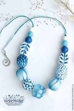 Давайте сотворим немного волшебства и превратим гжельскую роспись в объемную лепку!Для работы нам понадобится: полимерная глина голубого, синего, белого цветов, полупрозрачная белая глина, жидкая пластика; рабочая поверхность (кафельная плитка, лист бумаги); инструменты (стек, дотс, лезвие для пластики); сухая пастель голубого, синего, белого цветов, кисти, влажные салфетки; перчатки, если вы…