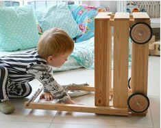 Aus der IKEA KNAGGLIG Kiste kann man auch einen tollen Laufwagen basteln. Ein toller IKEA Hack für Kinder mit der KNAGGLIG Kiste, der einfach umszusetzen ist! Viele weitere Ideen mit der IKEA KNAGGLIG Holzkiste auf unserem Blog.  #knagglig #ikeahacks #puppenwagen #diy #puppenwagen #weinkiste #holzkiste