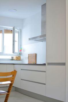 CASA CIM. Reforma integral en Madrid. La cocina es un espacio sustancial para la socialización en los hogares del siglo XXI, por eso empezamos derribando la mitad de los tabiques de la casa para unificar toda el área de estar (entrada, salón, cocina) y mantuvimos la compartimentación del área de descanso (habitaciones). A continuación cosimos las dos zonas desnudando la estructura de hormigón que las parte por la mitad y utilizando la misma paleta de materiales en ambas.