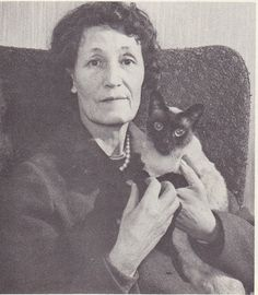 Mary Elizabeth Mimi Smith nee Stanley 24 April 1906 6 December 1991 was the maternal aunt and parental guardian of musician John Lennon John Lennon Beatles, The Beatles, Siamese Cats, Ragdoll Kittens, Bengal Cats, Kitty Cats, Celebrities With Cats, Celebs, Animal Help