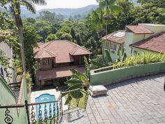 https://flic.kr/p/G6foQU | Uma casa lááá embaixo... | Olha aquela vegetação tropical lá atrás!!! :-D  Num cantinho encantado da Cidade Maravilhosa onde tudo é só alegria! :-)  Em algum lugar do Rio de Janeiro, Brasil.  ____________________________________________  A house down there...  Look at that lush tropical vegetation in the background!! :-D  In an enchanting little place in the Wonderful City where everything is pure joy! :-)  Somewhere in Rio de Janeiro, Brazil. Have a fancy day…