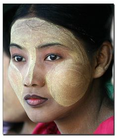 Myanmar (Burma) Thanakha, a unique make-up distinctive to people in Myanmar. The bark of the thanakha tree is ground into powder, mixed with water, then smeared onto faces. Myanmar Women, Burma Myanmar, Laos, Pretty People, Beautiful People, Foto Picture, Myanmar Travel, Portraits, Bagan