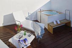 Enamórate de Ibiza desde el jacuzzi de tu terraza en Hotel Boutique Ses Pitreras.