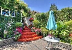 terrasse avec un mur végétal et table ronde en bois