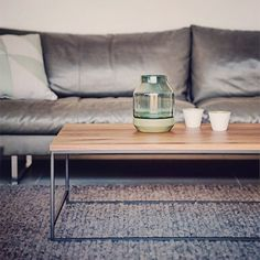 Salontafel Meta heeft een minimalistische uitstraling, die het gemakkelijk maakt om te combineren met andere meubels. Het ranke frame doet Japans aan, vooral in combinatie met de luxe bamboe werkbladen. Een grotere afmeting doet prima dienst als salontafel, enkele kleinere exemplaren zijn prima inzetbaar als handige bijzettafels. www.houtmerk.nl