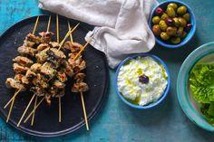 Souvlaki - lækre græske spyd Lchf, Keto, Barbecue Grill, I Love Food, Eating Well, Tapas, Shrimp, Brunch, Low Carb