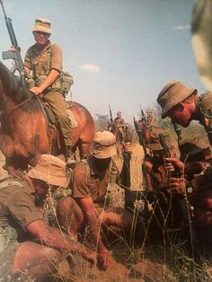 Berede, checking the spoor Military Photos, Military History, Army Day, Vietnam War Photos, Modern Warfare, African History, Special Forces, South Africa, Warriors