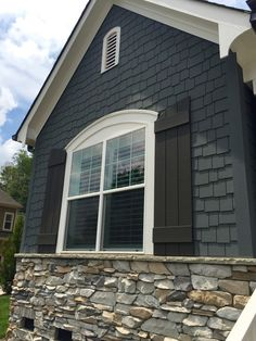 30 Modern Exterior Paint Colors For Houses Home Casas Exterior Gris, Cape Cod Exterior, Design Exterior, House Paint Exterior, Exterior Siding, Exterior Remodel, Modern Exterior, Cape Cod Siding, Cottage Exterior Colors