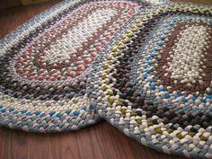 braided Rugs diy how to make braided Rugs diy easy braided Rugs diy bed sheets Diy Bed Sheets, Toothbrush Rug, Homemade Rugs, Braided Rag Rugs, Rag Rug Tutorial, Old Towels, Fabric Rug, Scrap Fabric, Fabric Strips