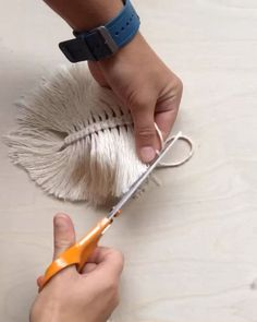 Macrame Leaf/Feather - diy/tutorial - Home Accessories Macrame Wall Hanging Diy, Macrame Art, Macrame Design, Macrame Projects, Micro Macrame, Diy Crafts Hacks, Diy Home Crafts, Diy Crafts Videos, Creation Deco