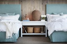 one large bedside table in the middle of each single bed