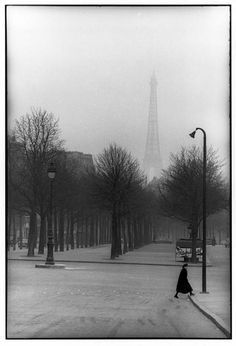 paris, 1954 photo by henri cartier-bresson/magnum photos, from henri cartier-bresson: the modern century dark, dramatic and very good angle and it creates a nice atmosphere. Paris 3, Old Paris, Vintage Paris, Paris France, Paris Winter, Henri Cartier Bresson, Magnum Photos, Candid Photography, Vintage Photography