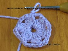 CACHECOL DE FLORES: 1 - Com a Lã da cor de sua preferencia dê uma volta de linha no dedo e faça nesse anel 3 corr. pra subir mais 3 pontos ...