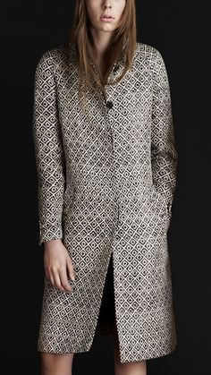 b07647e24e31 Burberry Prorsum women woven raffia trench coat Handwoven diamond-pattern  raffia, cotton and silk Heritage trench coat Buttons engraved with the  Burber