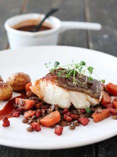TORSK MED RØDVINSAUS OG LINSESALAT & BACON   TRINES MATBLOGG Bacon, Squash, Meal Planning, Food And Drink, Beef, Fish, Meals, Chicken, Dinner