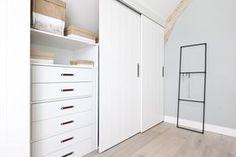 KARWEI | Aflevering 4: De witte schuifdeuren geven de kamer een rustige uitstraling. #karwei #vtwonen #diy #doehetzelf #slaapkamer